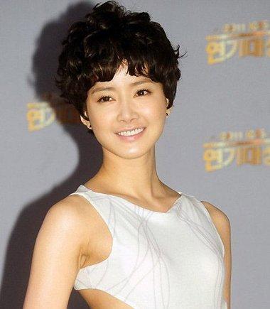 李诗英可爱齐耳小卷短烫发发型-适合女生的男生短发发型 韩国女星短