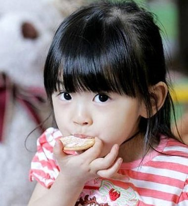 直发小女孩齐刘海公主头半扎发发型图片
