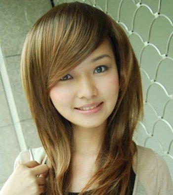 搭配上倾斜的刘海用来修饰圆脸脸型极为合适,这款带有非主流水母发型