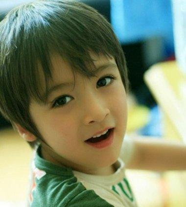 形成清爽简约型的新加坡小男生轻薄刘海短碎发发型,最适合炎炎夏日了.图片