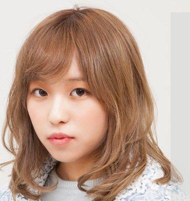 烫成微微的内扣造型,梳理成甜美日系风圆脸女生斜刘海齐肩中短发发型