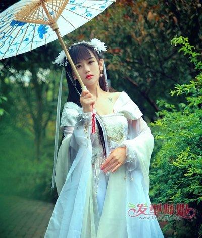 一款浅蓝色的汉服搭配白色的发带将女孩的清纯唯美淋漓尽致的展现了