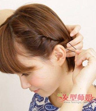 校园短发女生扎头发图解4 第四步:用无形发卡将聚集在左耳后方的发丝固定住,如果一个发卡固定的有点松的话,可以多用几个发卡哟。