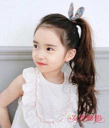 女孩短发扎小辫_小女孩夏天梳什么辫子 怎样给小女孩梳漂亮的小辫子_发型师姐