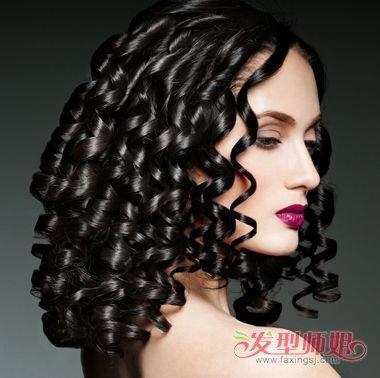 成熟稳重又带有几分妩媚感,黑色的中长发做螺旋烫发层次圆筒状造型,垂