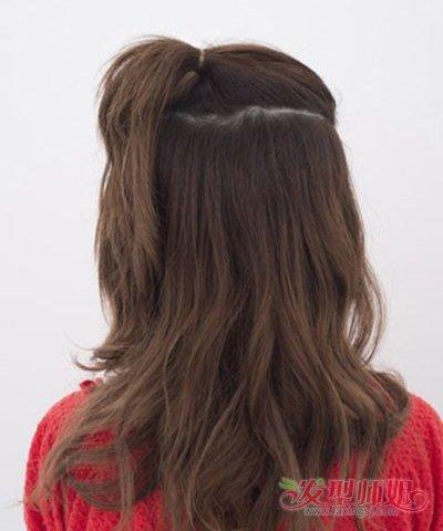 第一步:栗色的中长发在发尾做了微卷发处理,将发丝随性的分成上少下图片
