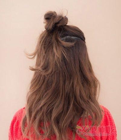 5岁卷发小女生扎什么发型 半卷中长发发型扎法(3)图片
