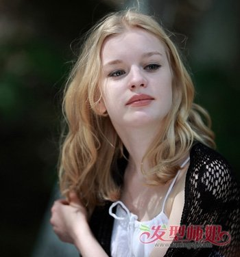 俄罗斯美女全头卷发发型 甜美中长卷发发型(2)图片