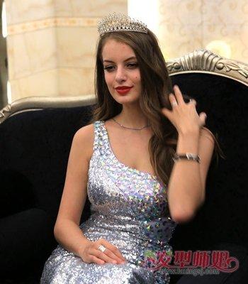 俄罗斯美女全头卷发发型 甜美中长卷发发型图片