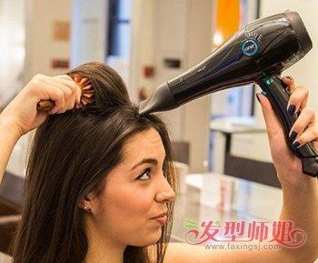 女生中长卷发简单发型扎法图解1