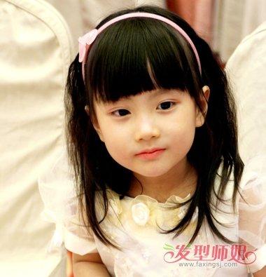 大一点的 短发小女孩,妈妈是时候将其打扮的漂漂亮亮的了,短短弄得