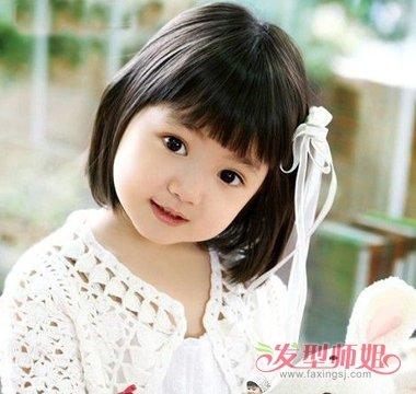 用白色细带系住,就是一款简单又好看的小女孩梳发发型.图片