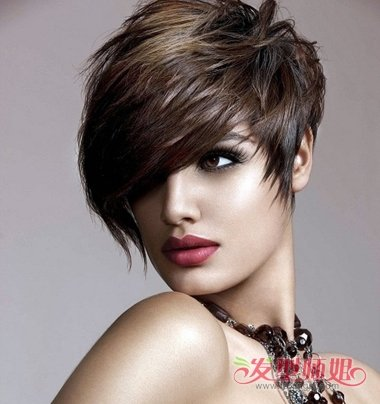 这款富有欧美特色的女生斜刘海蓬松短碎发发型,是先用 纹理烫处理短发图片
