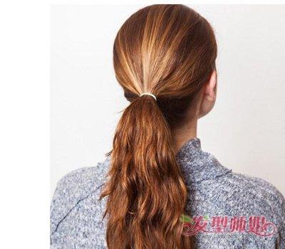 发型diy 长发扎发 >> 冬天戴毛帽子如何把长头发塞进帽子里面 女生的图片