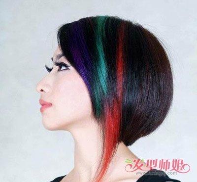 不对称沙宣发型是比较常见的,对刘海发梢部分的发丝做紫蓝色的挑染,紧