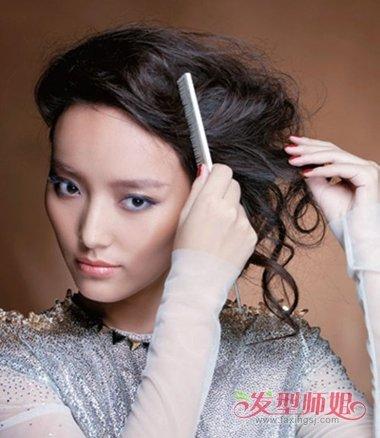 怎么扎好看 学习长头发扎发发型扎法  第一步:中年女士将中长发中分图片