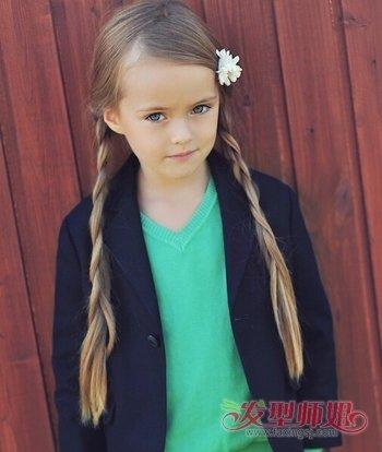 发型设计 儿童发型 >> 11岁女孩长头发怎样扎好看 小女孩长头发简单扎图片