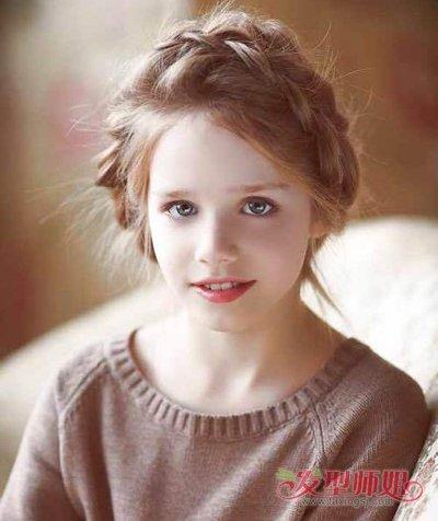 这样就不图解质感头发少了,而且蓬松短发的女孩女孩露额显得包子视频长发盘发头扎法编发发型图片
