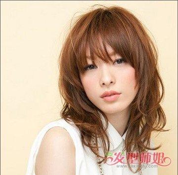 而方脸女孩的修颜造型也要注意两侧发丝对较宽腮部的修饰作用,女孩在图片