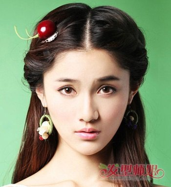 08:20来源:发型师姐编辑:aainforest 分享到  小心形脸矮个子女生梳着