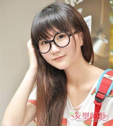 戴眼镜的圆脸女生可爱极了,为了修饰有点秃的额头,圆脸女生可以将长图片