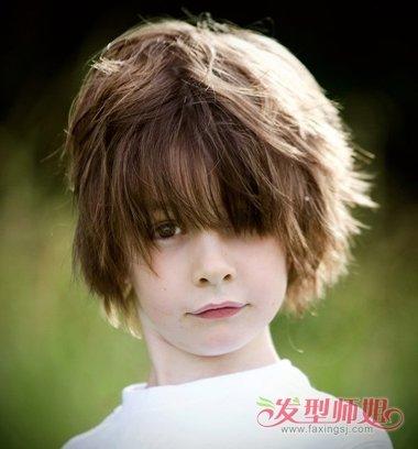 长脸男童们,妈妈不要将小男孩的头发剪短了,将长发修剪成长款碎发造型图片