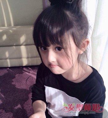 小女孩齐刘海丸子头盘发发型图片