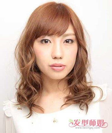 看上去还蛮好看的,女生长脸斜刘海烫 卷发发型,齐肩发的头发卷发弧线图片
