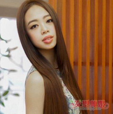 长脸型的女生梳长 直发发型,头发从肩头上梳成内扣的样子, 纹理烫搭配图片