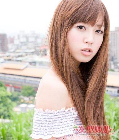 女生齐刘海和长 直发都是经过离子烫处理的,头发碎碎的有着漂亮的曲线图片