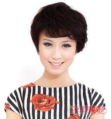 中年女士斜刘海包耳短发发型图片