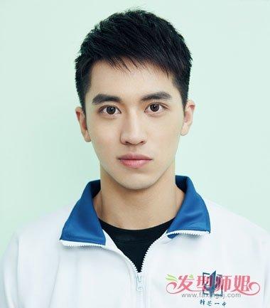 鬓角白�y�+�.�9.b9c��f�_许魏洲的蓝白校服搭配,就不会让人觉得难看,哪怕是剃鬓角的 短发发型