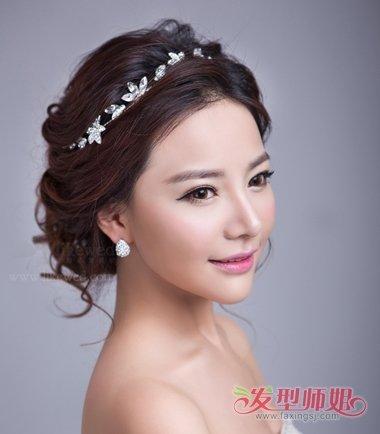 新娘偏分后梳盘发发型图片