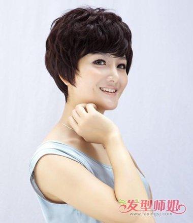 梳长发的基本都做了盘发,而中老年的女士发型,短发烫小卷发型,在额头图片