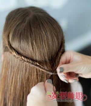 学生中分可以梳什么简单的发型 中分发型扎法步骤(2)图片