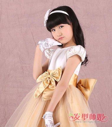 小女孩齐刘海后梳 卷发发型,将耳尖上的头发梳的靠后一些, 扎头发的图片