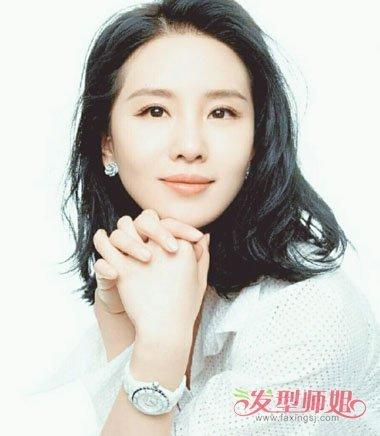 刘诗诗在做发型的时候,偏分烫齐肩发发型,将发际线的头发梳的靠侧边
