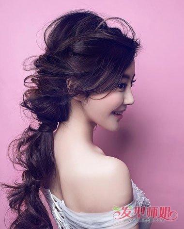 >> 长发怎么弄适合参加婚礼 婚礼上中长发怎么扎好看  参加婚礼的发型图片