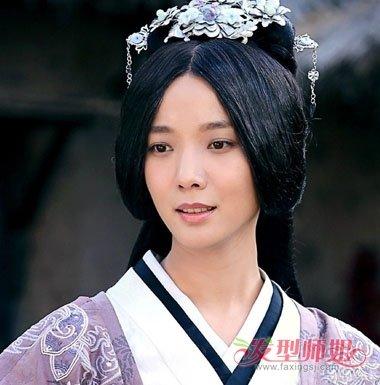 这款汉服搭配的古装发型,是汉朝时候常见的版本,将头发梳成中分后盘图片
