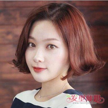 中偏分的发型更是凸显出了魅力感,短短的卷发具有2018年女生的柔美