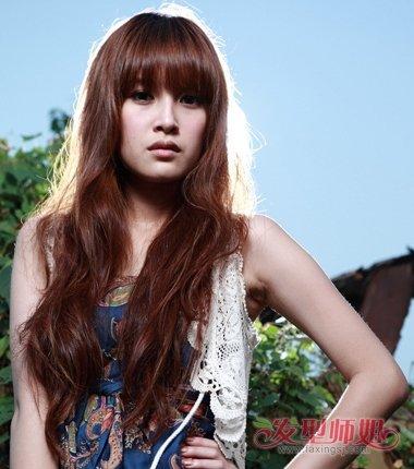 内扣的刘海梳成漂亮的包子,女生长卷发曲线梳大卷的烫发发型,中lolita效果头编发图片