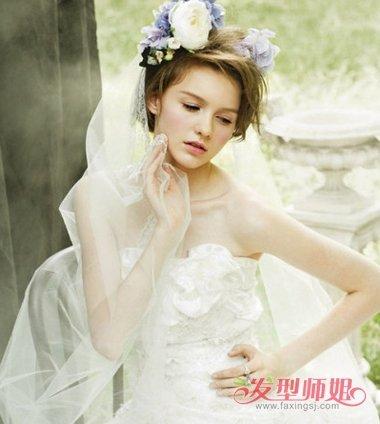 新娘发型,用鲜花和头纱点缀,与露肩白纱婚纱搭配在一起,在农场结婚图片