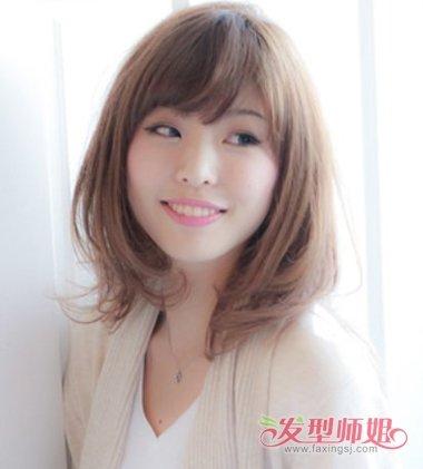 胖女孩斜刘海内扣齐肩发发型图片
