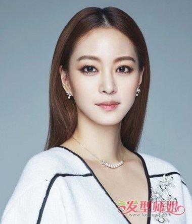 就将长发染成栗色之后,梳成优雅气质的2018韩国女生中分长直发发型图片