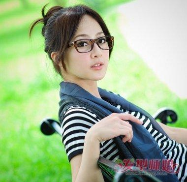 中分发型配什么眼镜好看 戴眼镜女生的中分发型(3)图片
