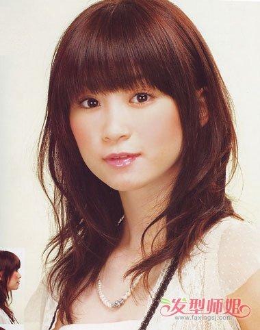 圆脸薄刘海内扣中长发发型,在眼角梳起来的头发比较自然,耳尖的头发分