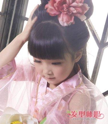 发型设计 儿童发型 >> 丝带古装短发盘发 儿童古装头发怎么盘操作步骤
