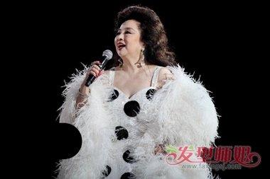 徐小凤是有多大魅力 时尚卷发迷倒众人_发型师姐