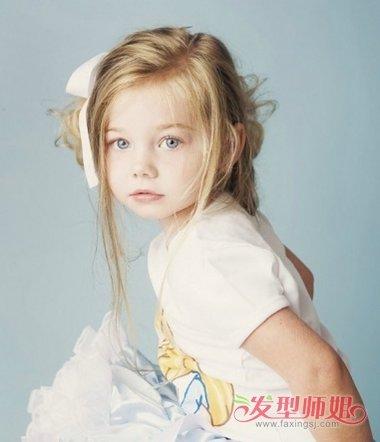 小女孩侧梳盘发发型