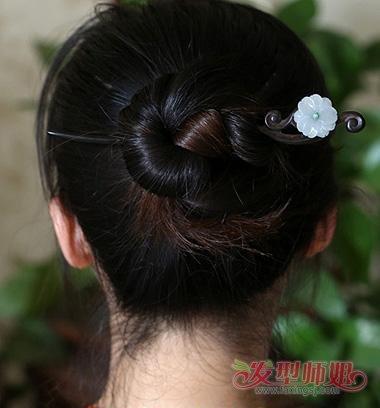 女生复古发簪低盘发发型图片